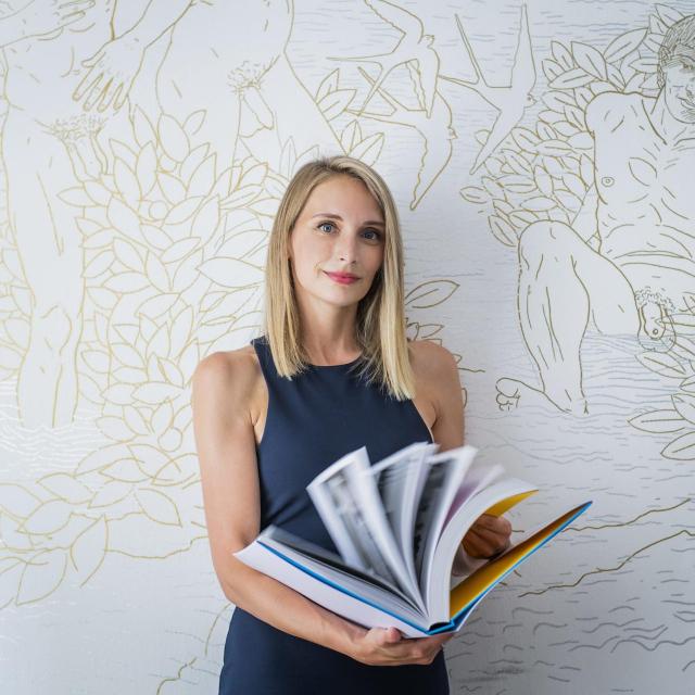 Ivana Andabaka u svojem uredu ispred murala akademskog slikara Tomislava Buntaka<br /> Fotografije: Neja Markičević/Hanza Media<br />