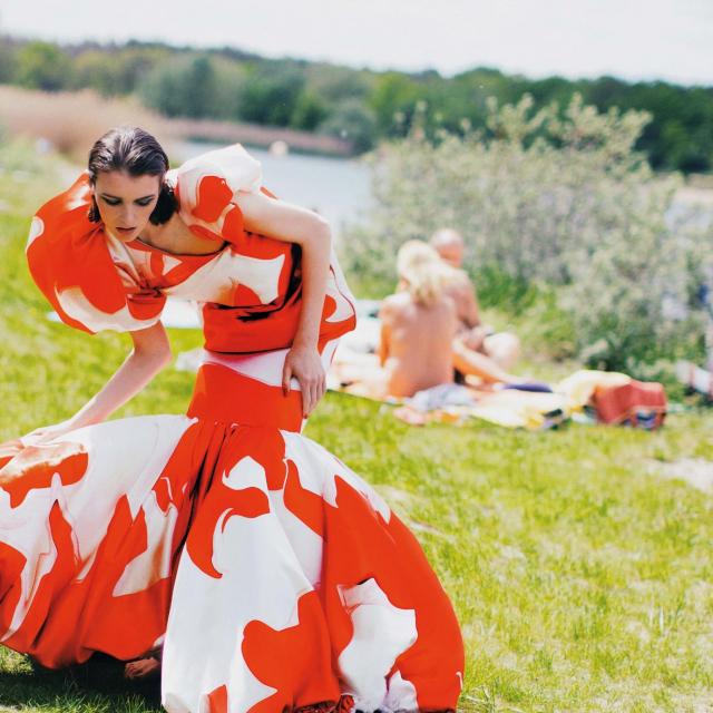 Fotografije i styling SUZANA HOLTGRAVE<br /> Model JADA JOYCE @A MANAGEMENT<br /> Make-up SELINA SPITTLER @CREATIVE BEAUTY COMPANY / MAC COSMETICS<br /> Kosa CHRISTINA OESTERHAUS @PEPERMINTICIRCUS / LEONOR GREY<br /> Haljina s predimenzioniranim asimetričnim volanima BO-kyoung LIM<br />